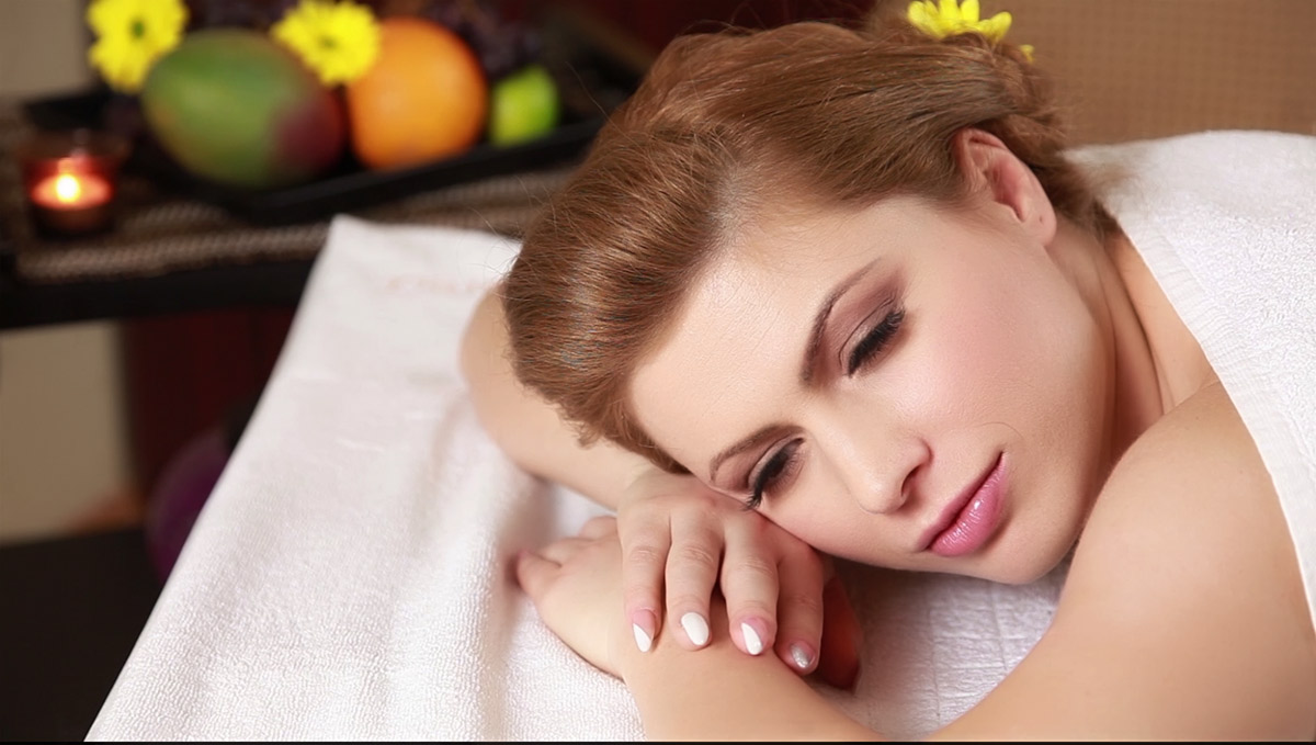 femeie in relaxare profunda dupa masaj