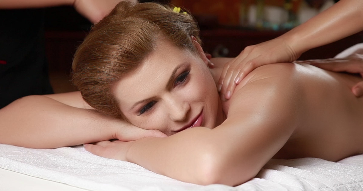 femeie relaxata in timpul masajului la 4 maini